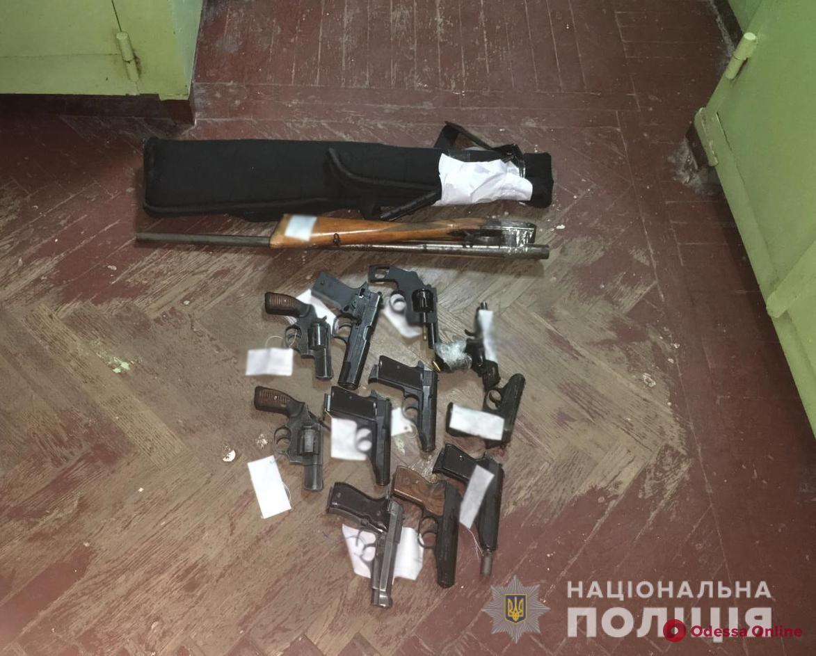 Одесситы принесли в Суворовский отдел полиции 15 единиц оружия