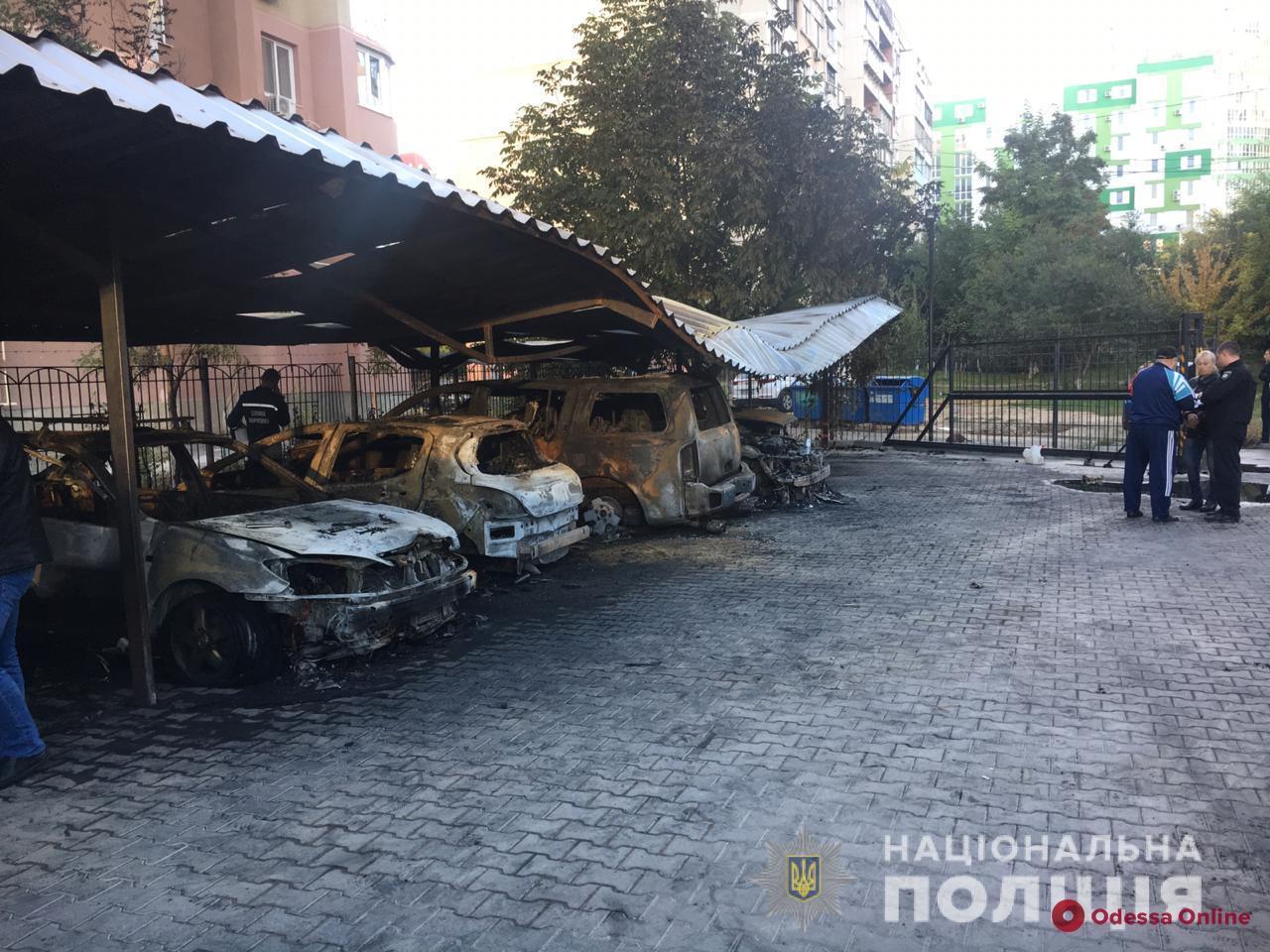 В Одессе на автостоянке сожгли пять машин