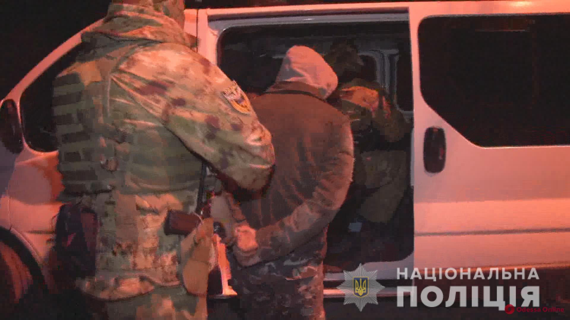 Вымогали 10 тысяч долларов: в Одессе поймали банду псевдополицейских (фото, видео)