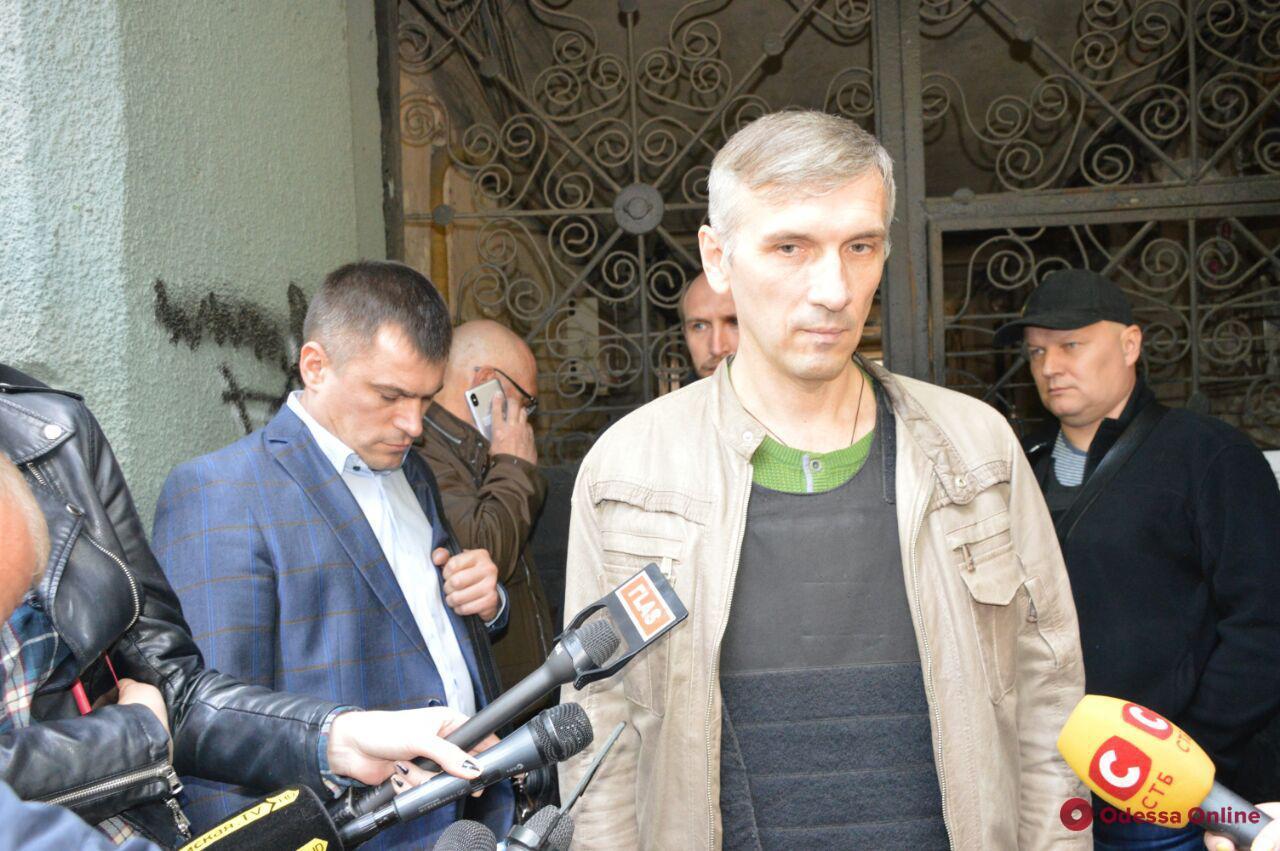 Пресс-конференция в бронежилете: Олег Михайлик дал первое интервью после покушения