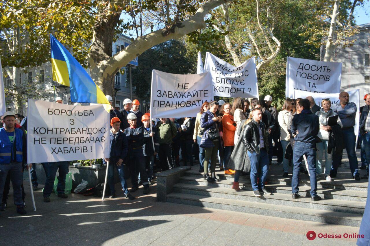 Под Одесской облпрокуратурой митинговали сотрудники зернотерминала «Рисоил»