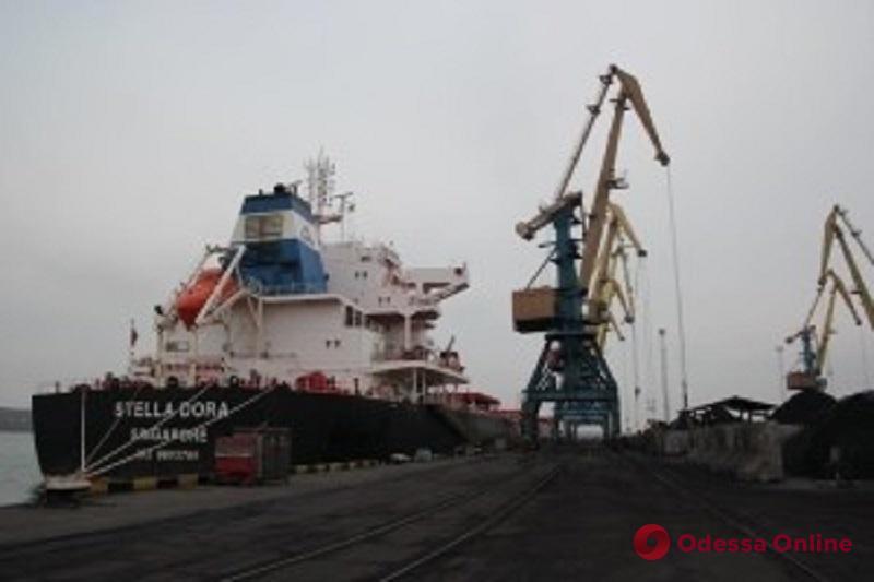 В порту «Южный» разгружают судно с африканским углем из Нидерландов