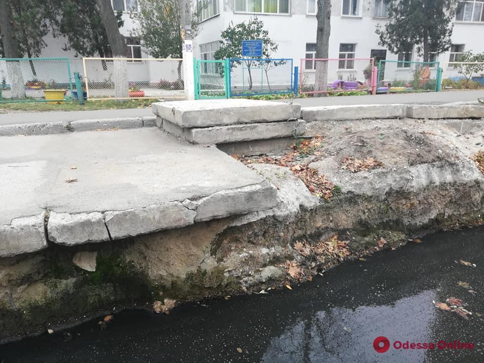 Прорыв канализации: возле детсада на Ленпоселке образовалось зловонное озеро