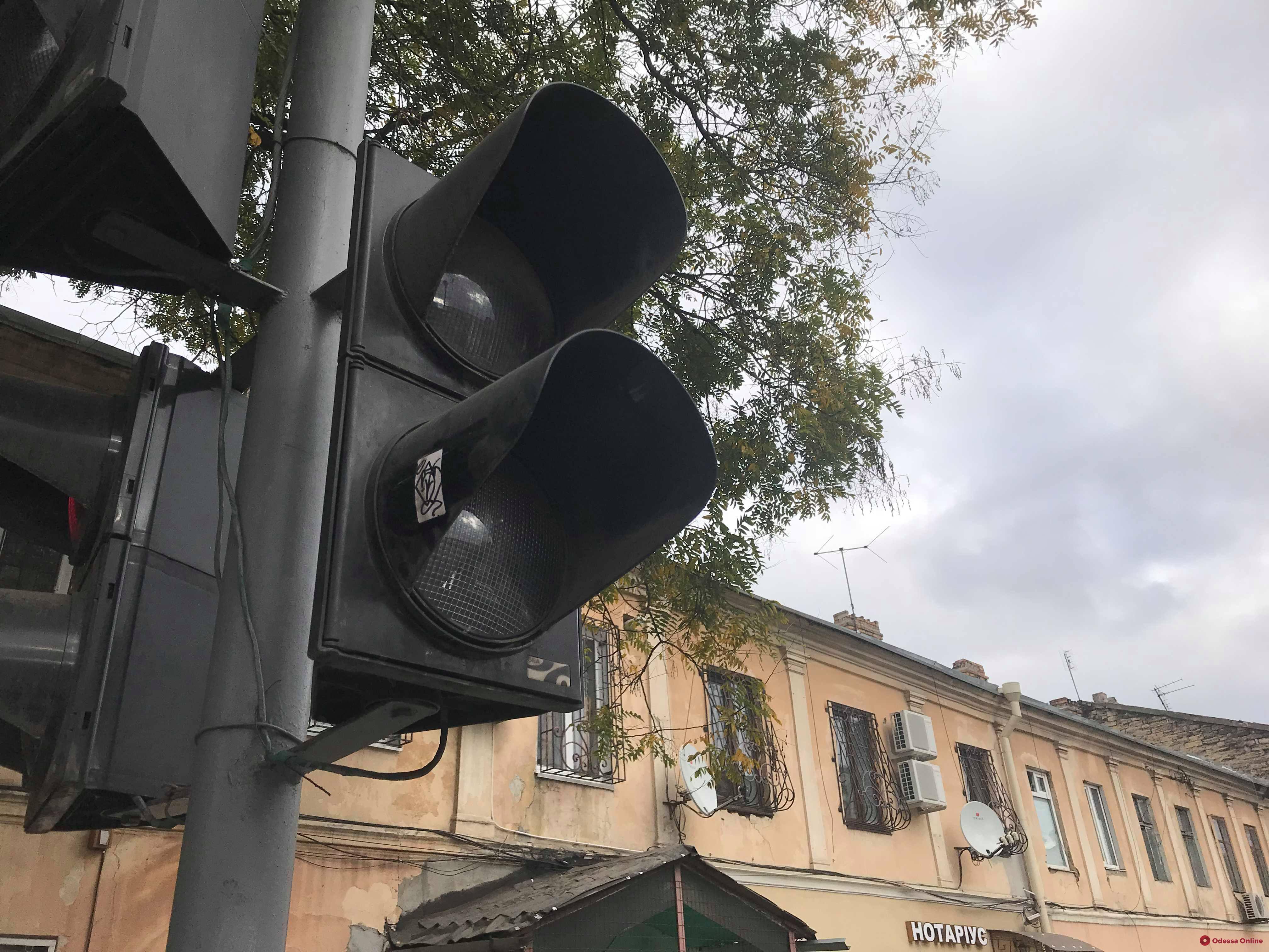На оживленном перекрестке в центре Одессы не работает светофор