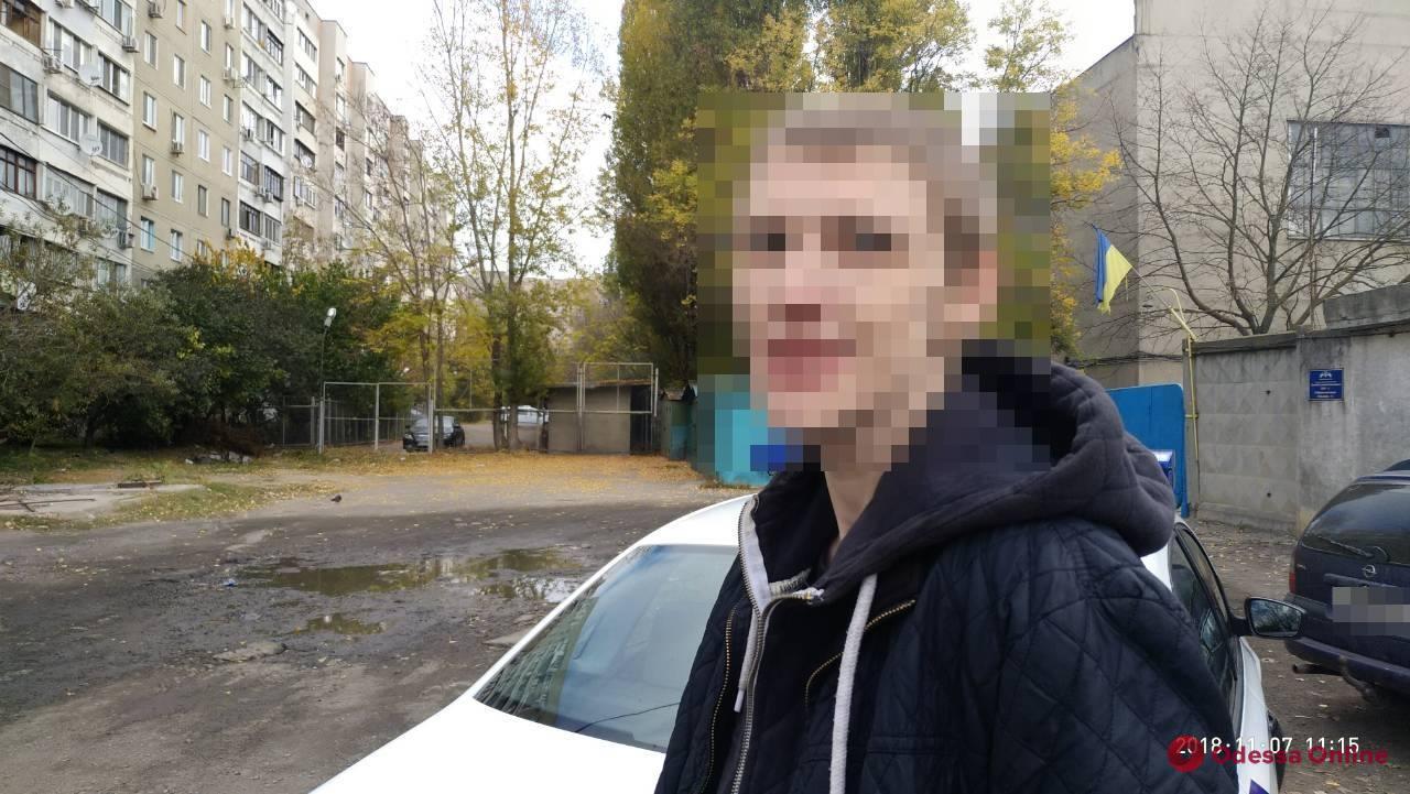 Одессит по ночам промышлял кражей автомобильных зеркал