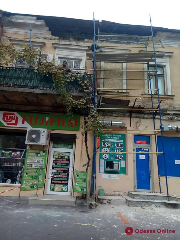 В центре Одессы прохожему на голову упал камень (видео)