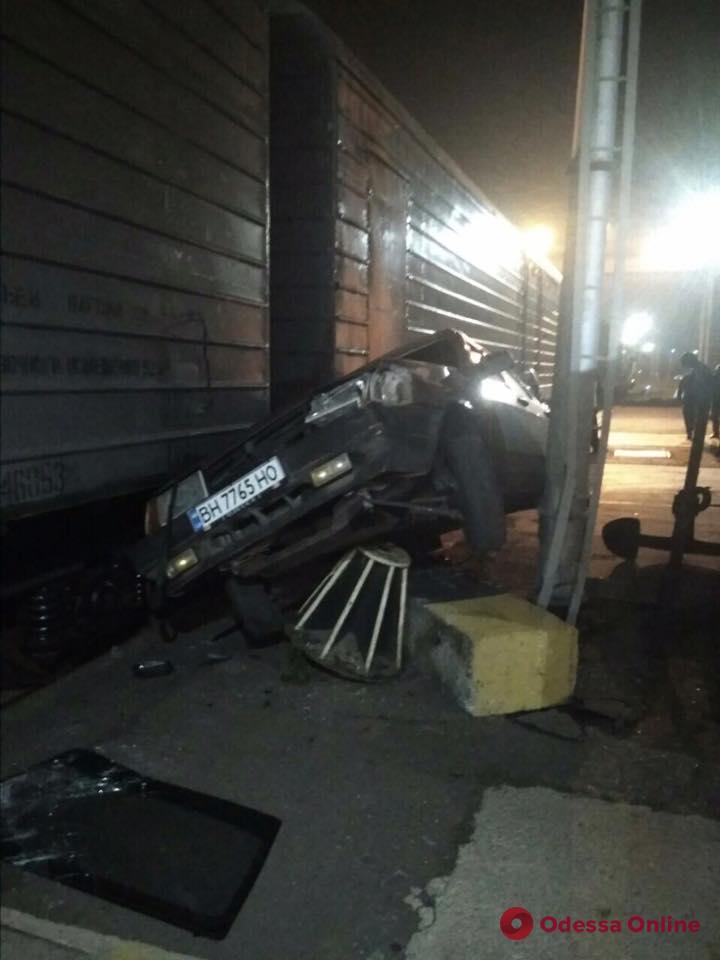 Под Одессой легковушка врезалась в грузовой поезд