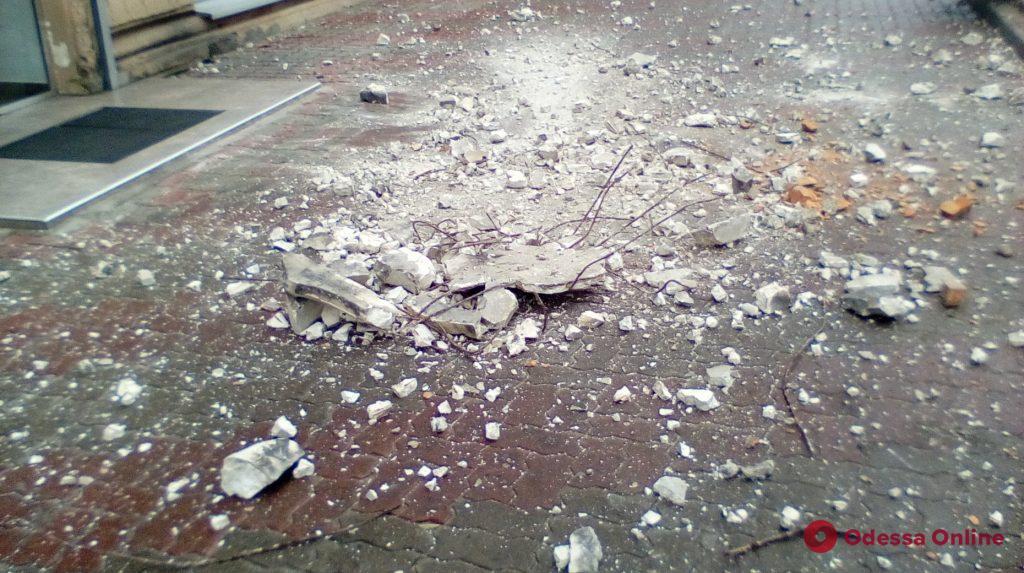 С дома в центре Одессы обвалился кусок лепнины