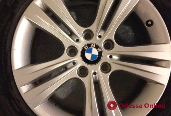 Сняли колеса с BMW: на Таирова задержали трех юных «умельцев»