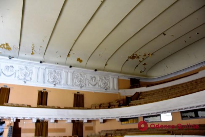 В Одессе ремонтируют фасад здания Украинского театра (фото)
