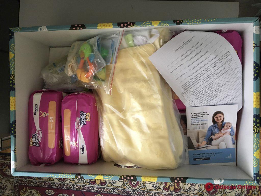 Коробка-кроватка, «гигиена»  и одежки: одесские мамы разделились во мнениях о «пакетах малыша»