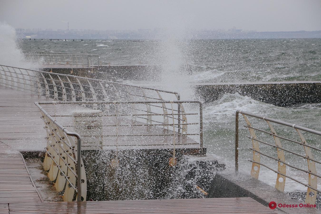 Осенний шторм на одесском пляже (фоторепортаж, видео)