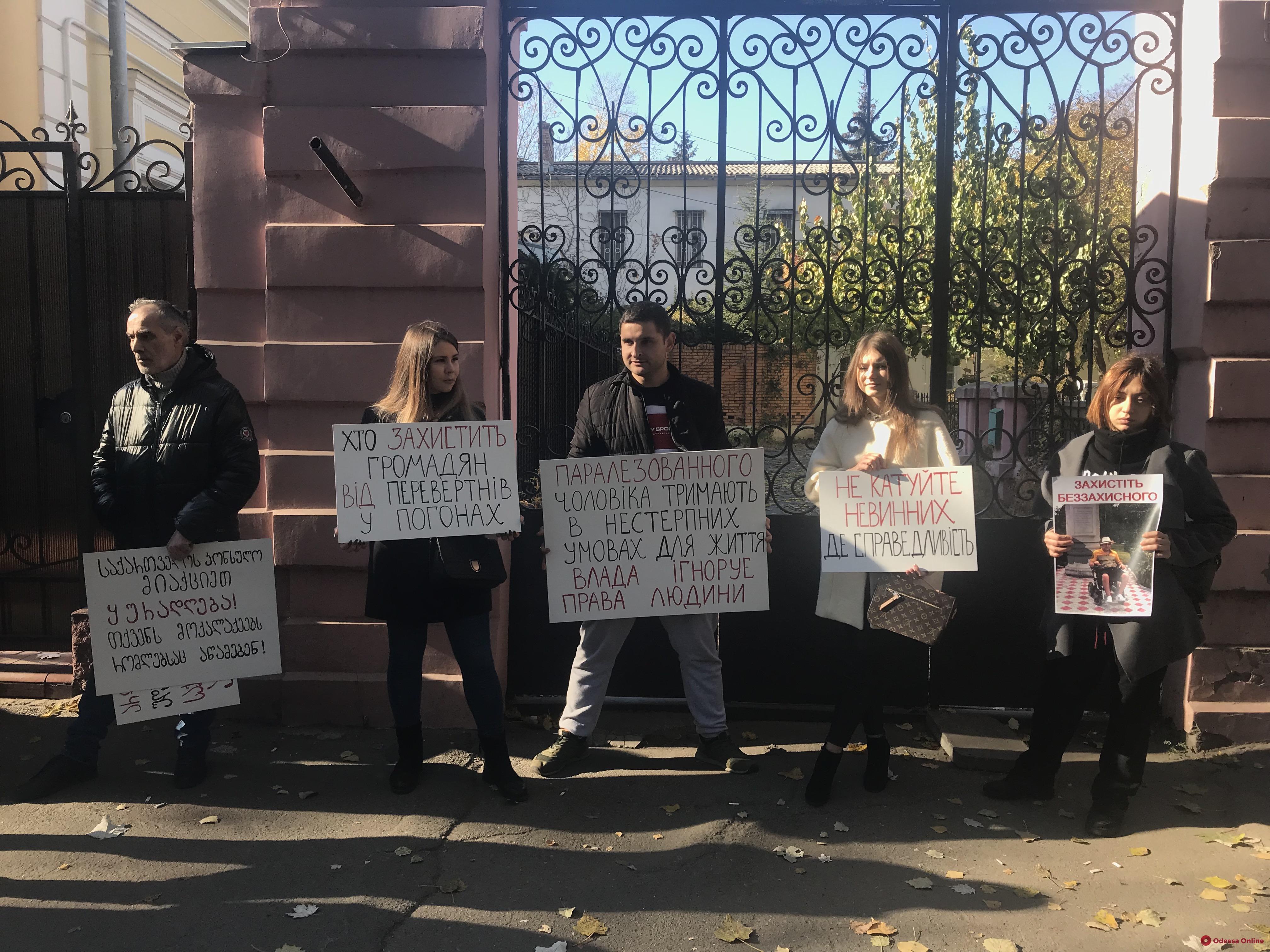 Под консульством Грузии митинговали сочувствующие подозреваемымв покушении на Михайлика