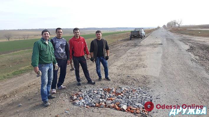 Жители Болградского района засыпают ямы на дорогах строительным мусором (фото)