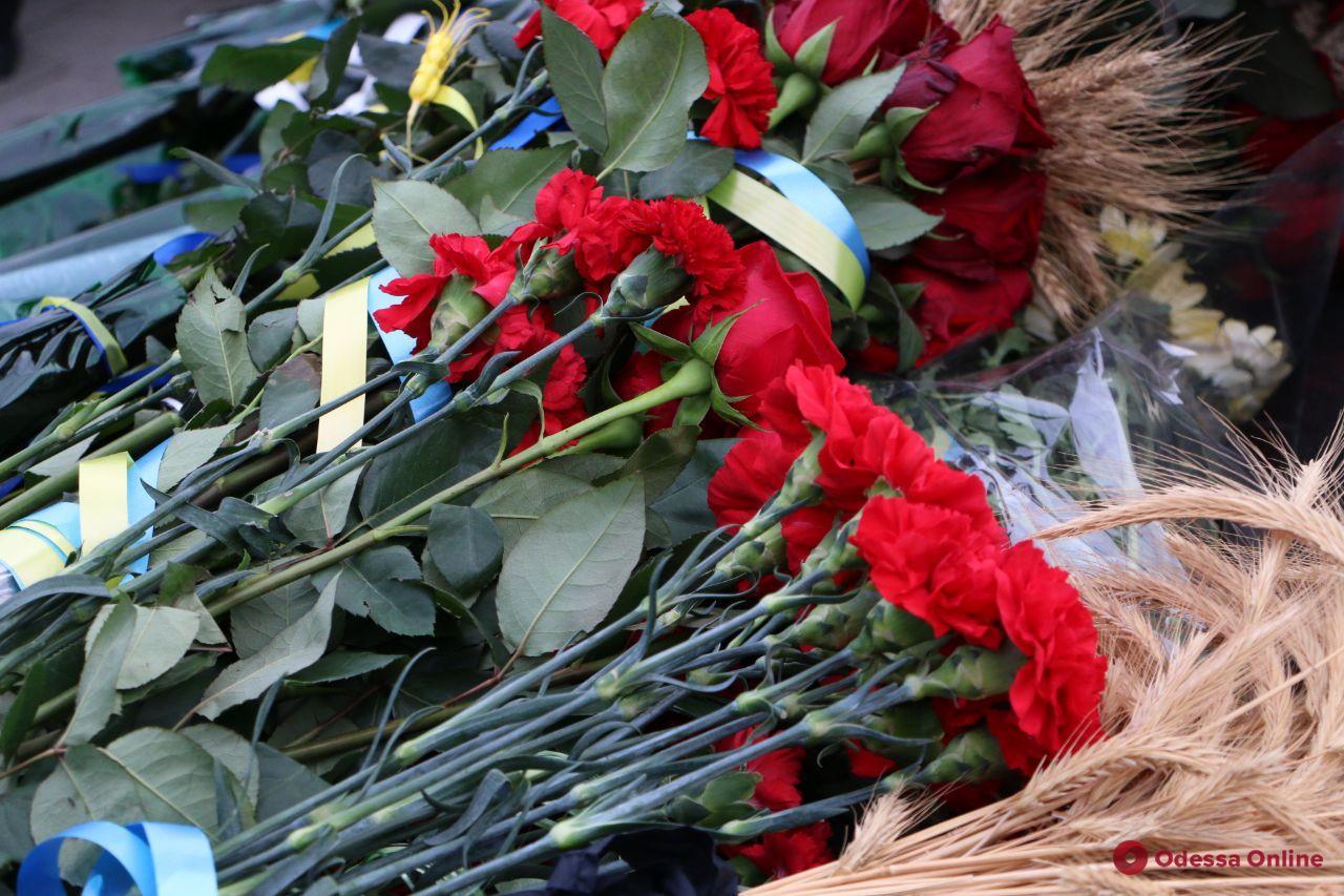 В Одессе возложили цветы к памятному знаку жертвам Голодомора (фото)