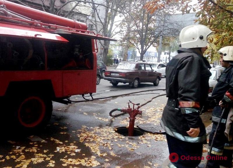 Одесса: при пожаре в пятиэтажном доме пострадала пенсионерка (фото)