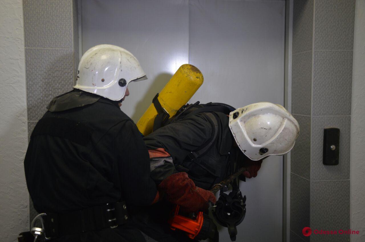 На Черемушках из-за возгорания в электрощитовой спасатели эвакуировали жильцов