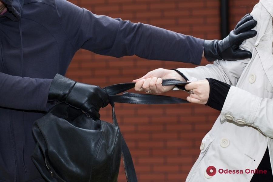 Одессит ответит в суде за ограбление женщины возле супермаркета