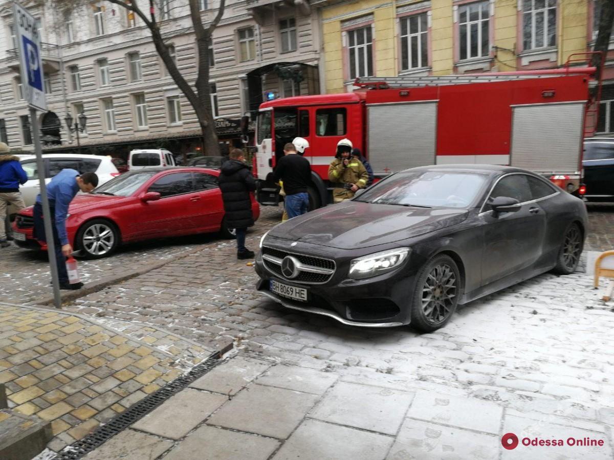 В центре Одессы горел автомобиль (обновлено)
