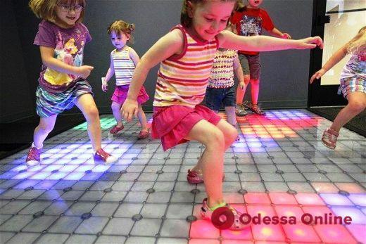 В Одессе устанавливают светящиеся игровые инсталляции