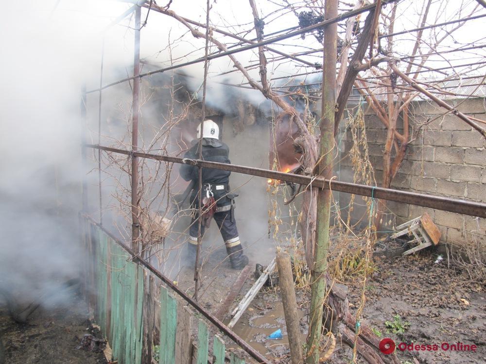 Одесский спасатель пострадал при тушении пожара