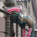 Одесса: в первый день зимы кошачьи скульптуры нарядили в теплые вещи (фотофакт)