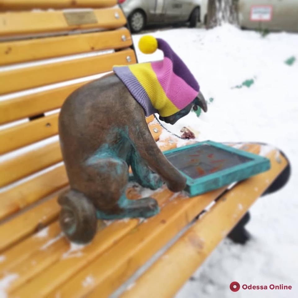 Теперь Пушинка: в центре Одессы раздели скульптуру кошки-геймера