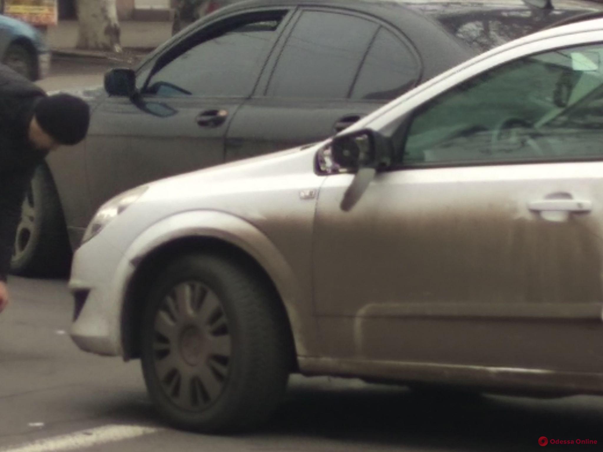 В центре Одессы столкнулись легковушка и грузовичок