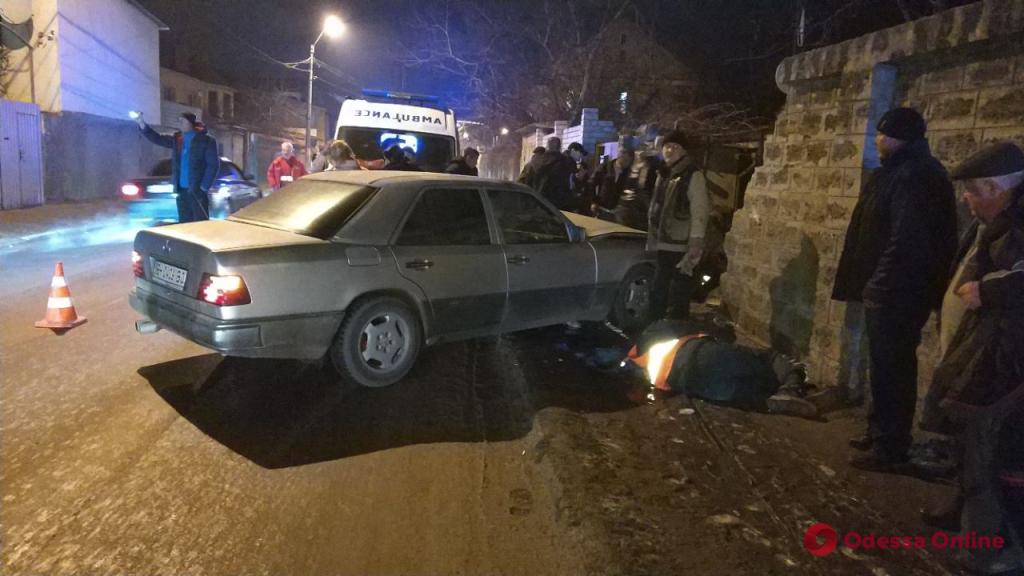 Мчался на большой скорости: в Одессе Mercedes сбил рабочих на тротуаре (фото, видео)