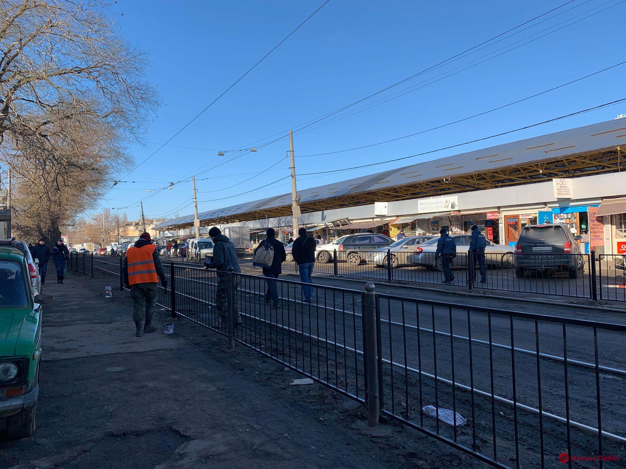 Возле одесского «Привоза» трамвайные пути ограждают турникетами нового типа