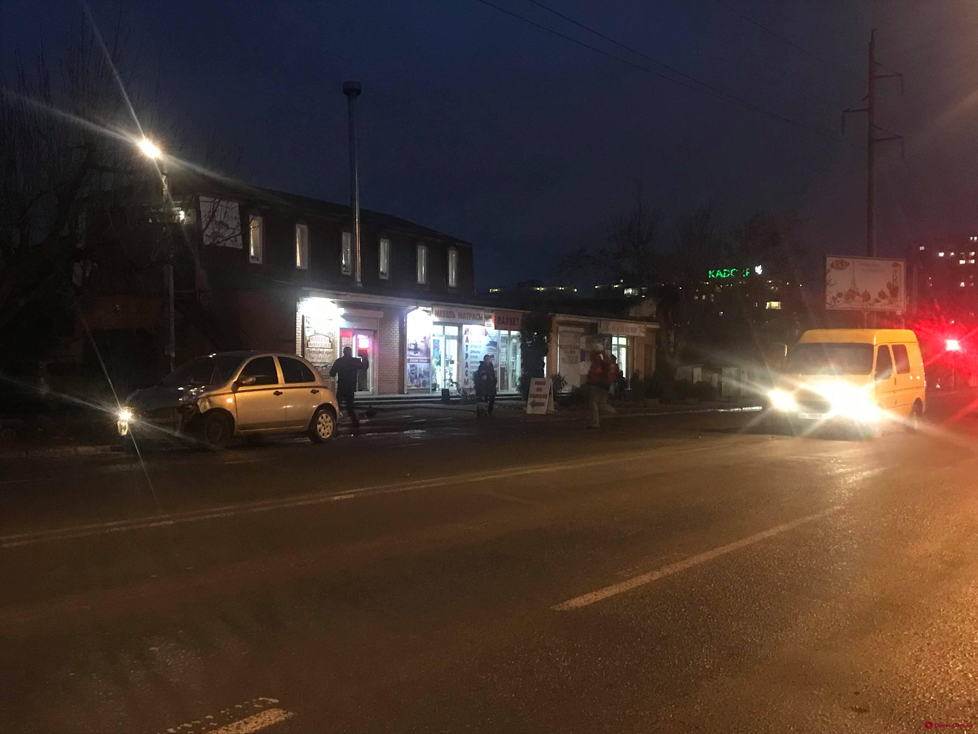 На Черемушках микроавтобус столкнулся с легковушкой