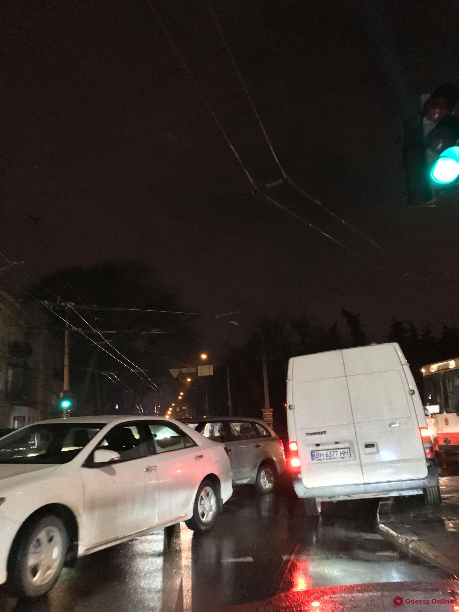 ДТП на Канатной парализовало движение троллейбусов