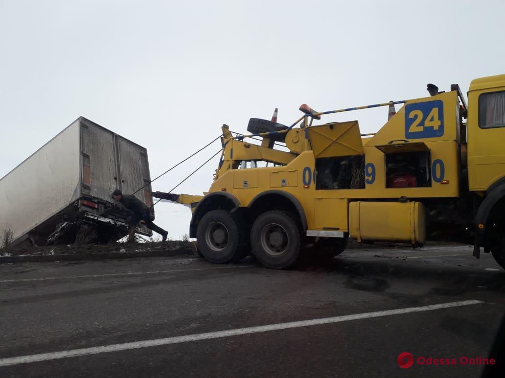 На трассе «Киев — Одесса» фура слетела в кювет