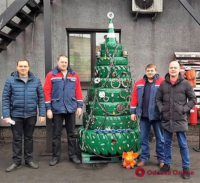 В порту «Южный» установили оригинальную новогоднюю елку