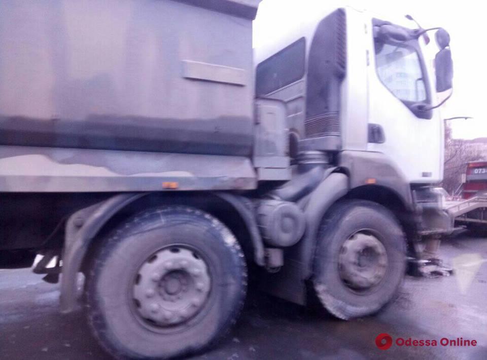 Одесса: на Люстдорфской дороге столкнулись грузовик и легковушка