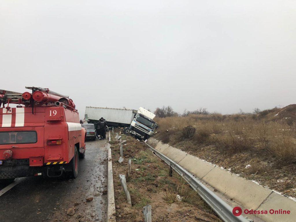 На трассе Киев-Одесса столкнулись полтора десятка автомобилей, грузовик и автобус (фото, видео, обновлено)