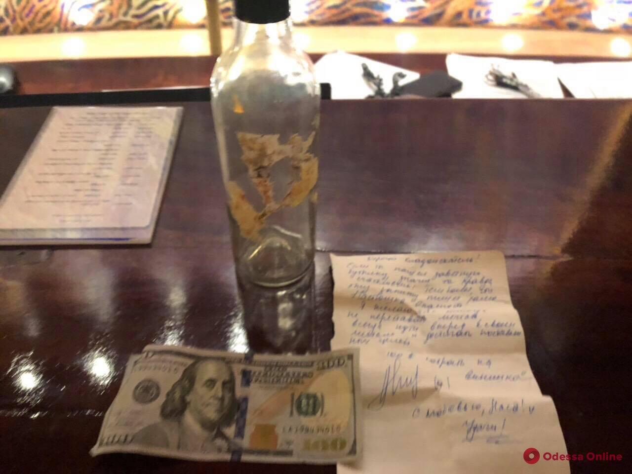 Одесситы на Сейшелах нашли бутылку с купюрой от программы «Орел и Решка»