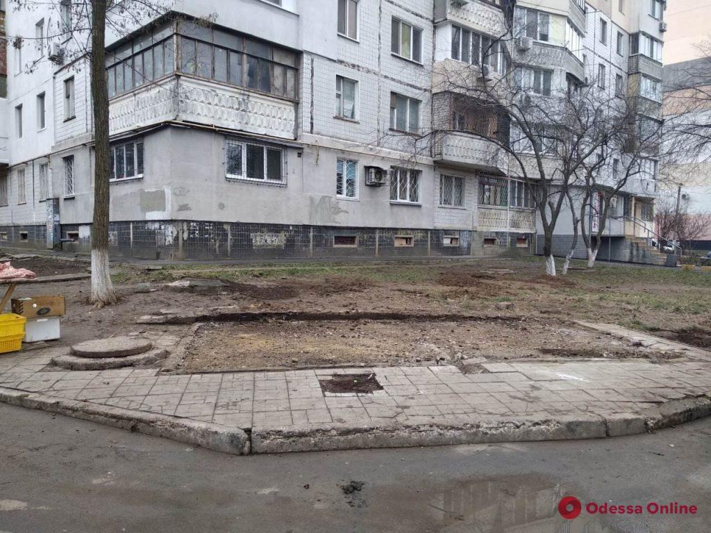 Поставили прямо на газоне: на поселке Котовского демонтировали незаконно установленный большой МАФ