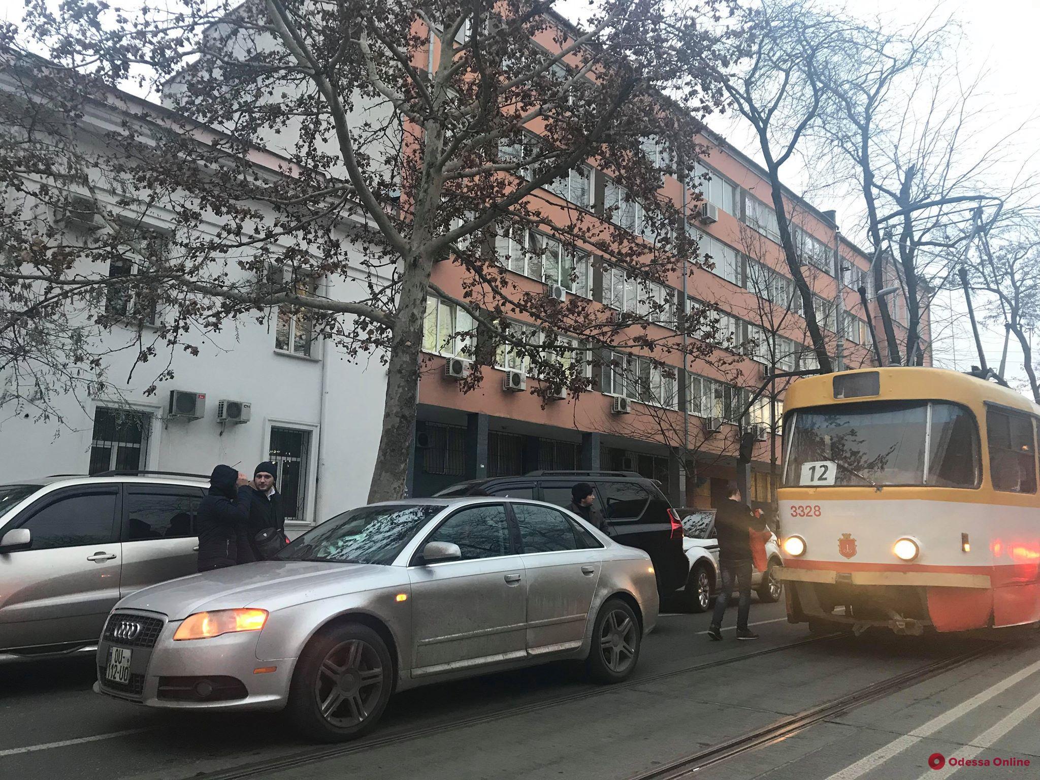 В центре Одессы из-за сломанного автомобиля образовалась пробка