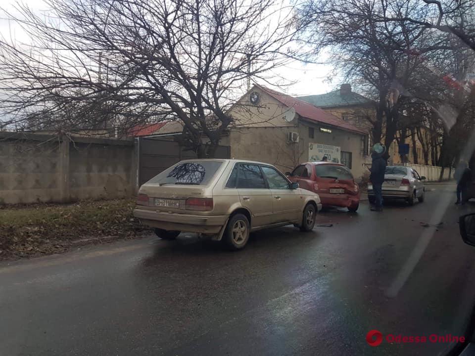 В Одессе произошло ДТП с участием пяти легковушек