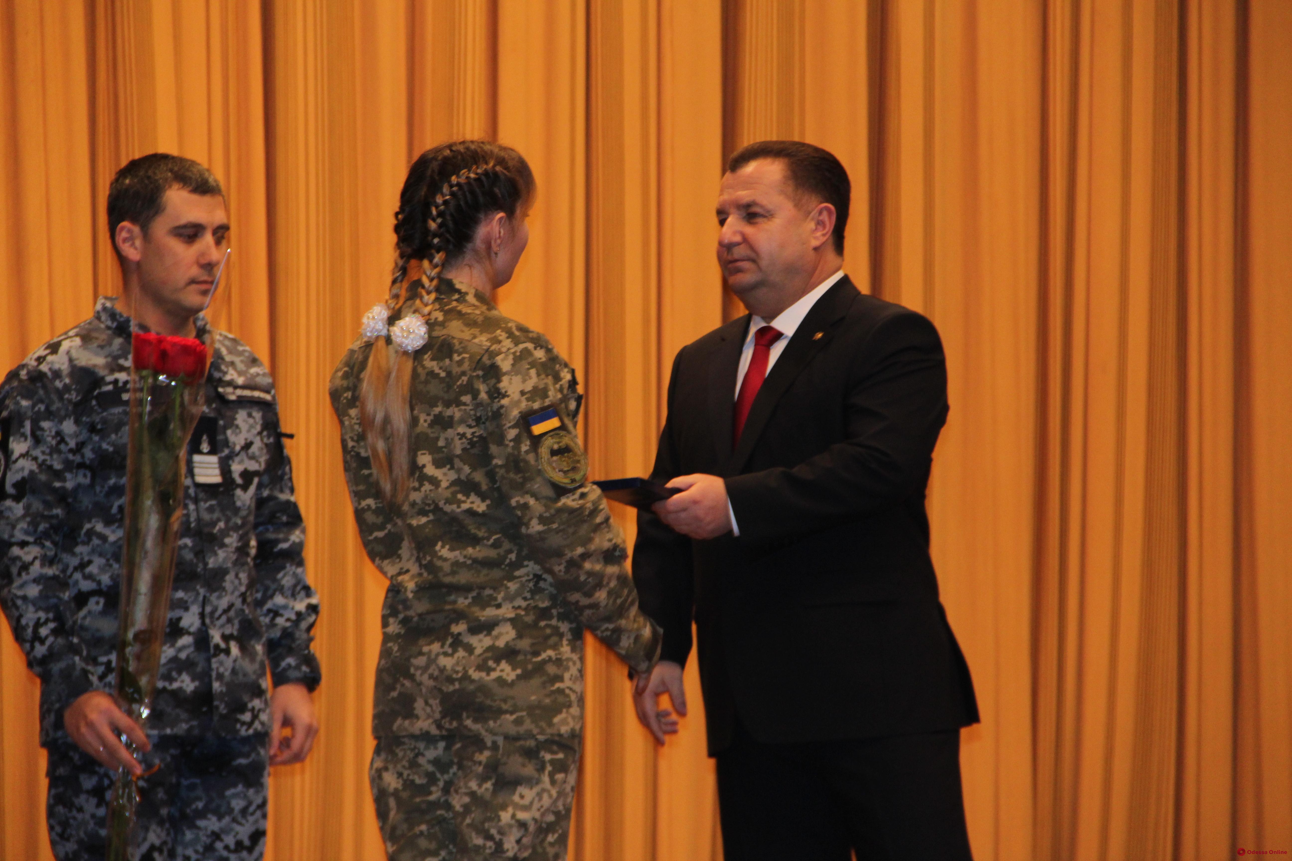 В Одессе министр обороны наградил военнослужащих
