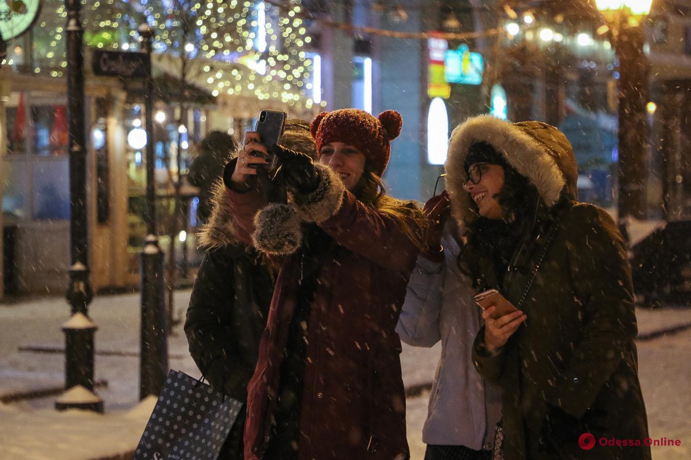 Пунктуальная зима: первый настоящий снег в Одессе (фоторепортаж)