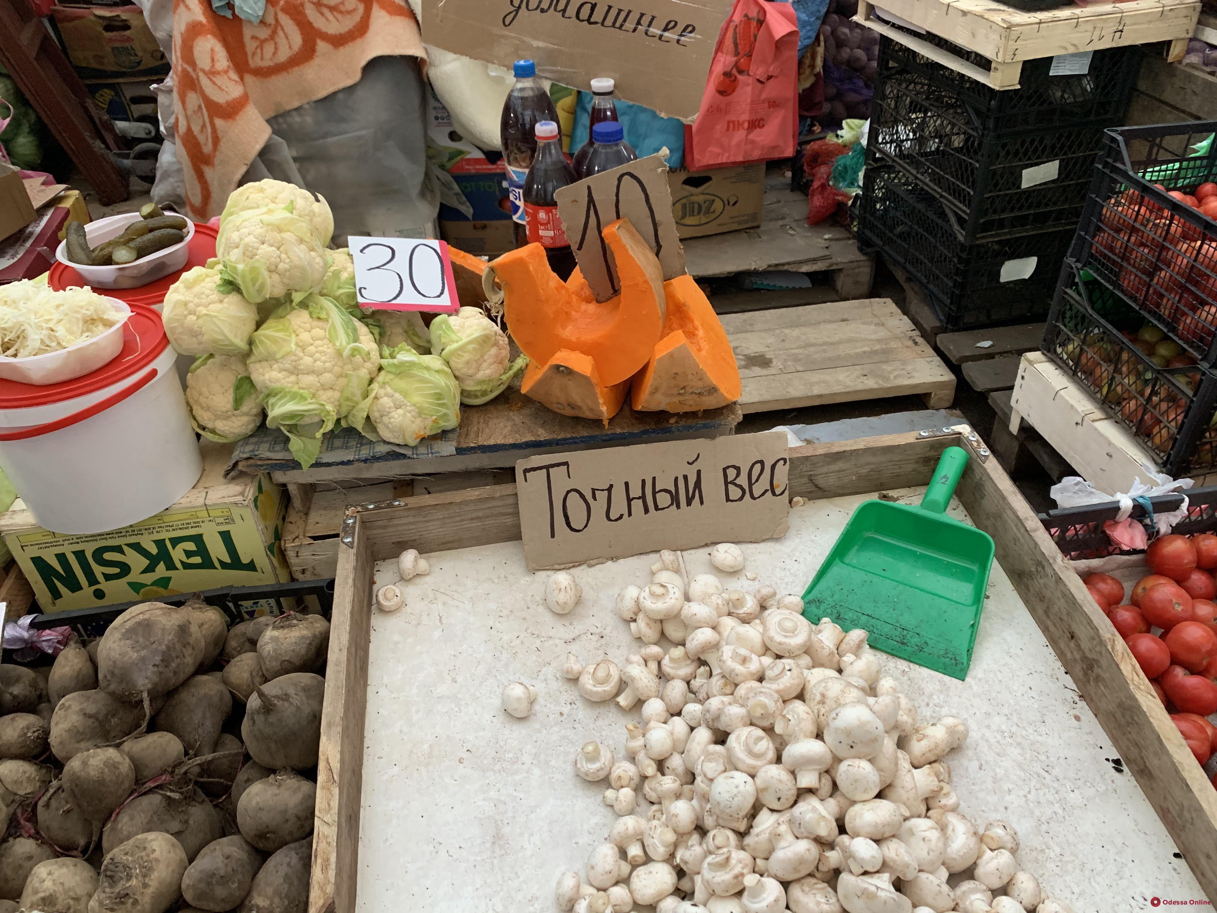 Ананасы, хурма «шарон» и болгарский перец: декабрьские цены на одесском «Привозе»