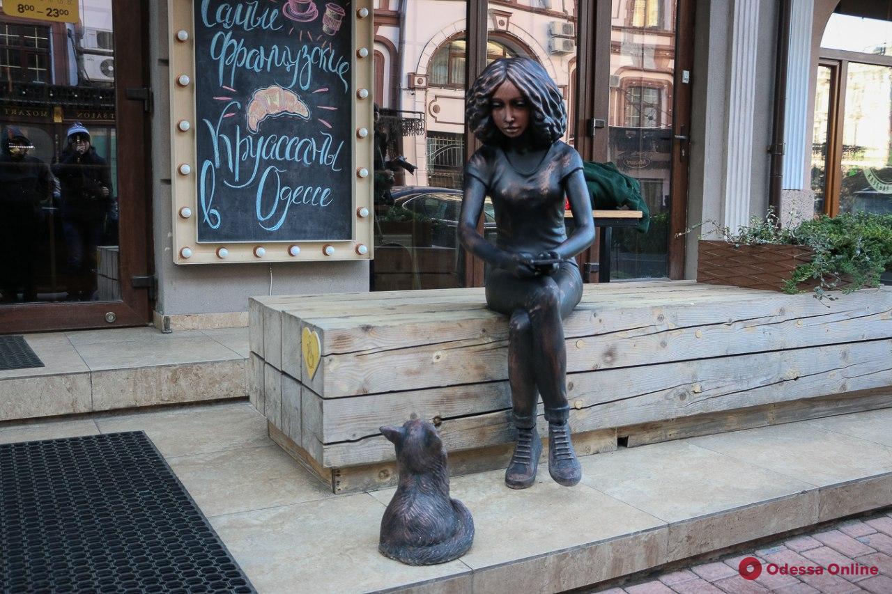 Живущая в Сети: в Одессе торжественно открыли скульптуру девушки с котиком