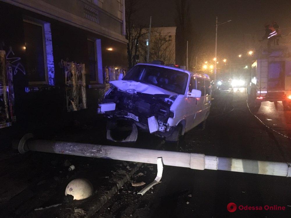 В центре Одессы автомобиль въехал в столб: два человека в больнице