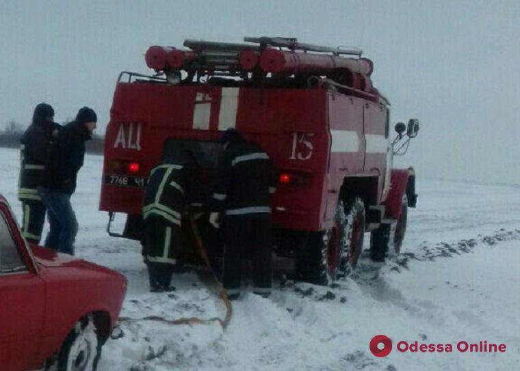 На севере Одесской области спасатели продолжают доставать транспорт из снежных заносов