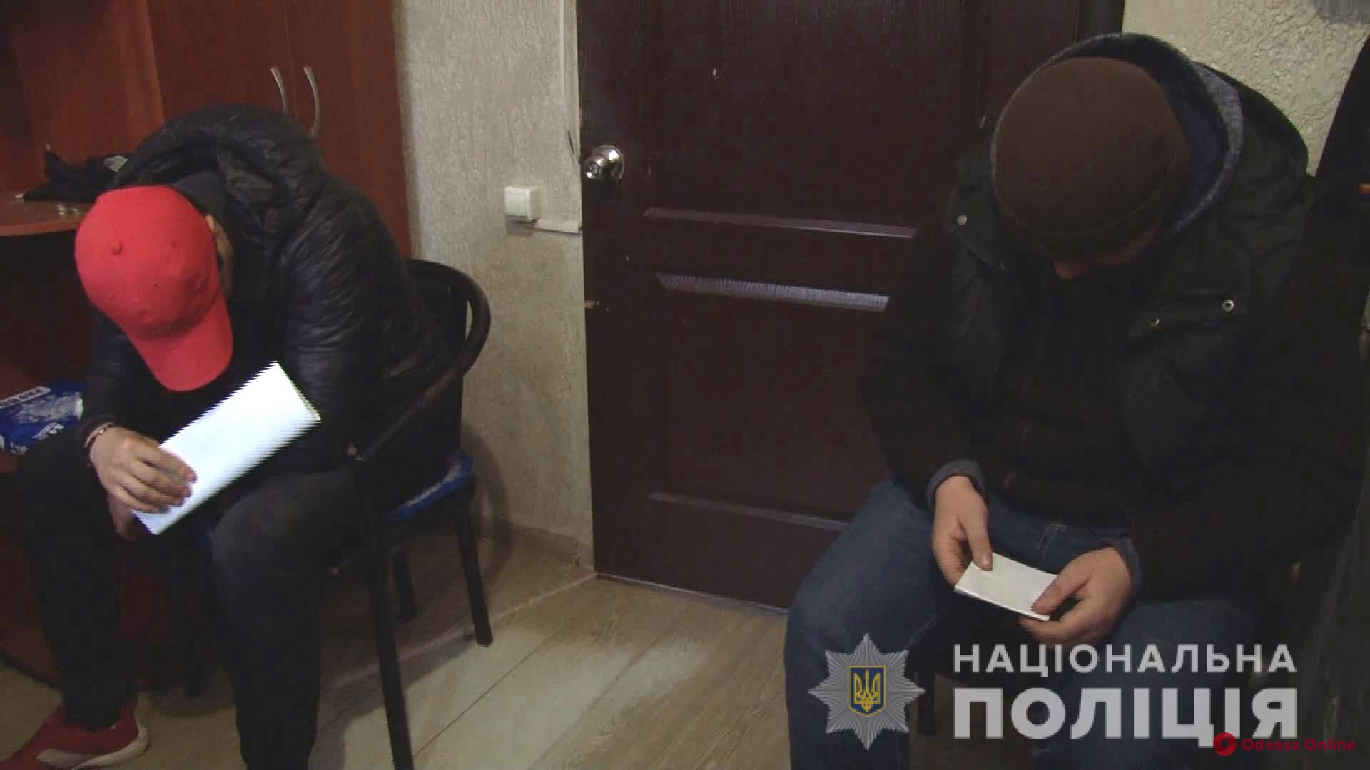 «Обчистили» киоск фаст-фуда: в Одессе с поличным задержали двух серийных воров (видео)