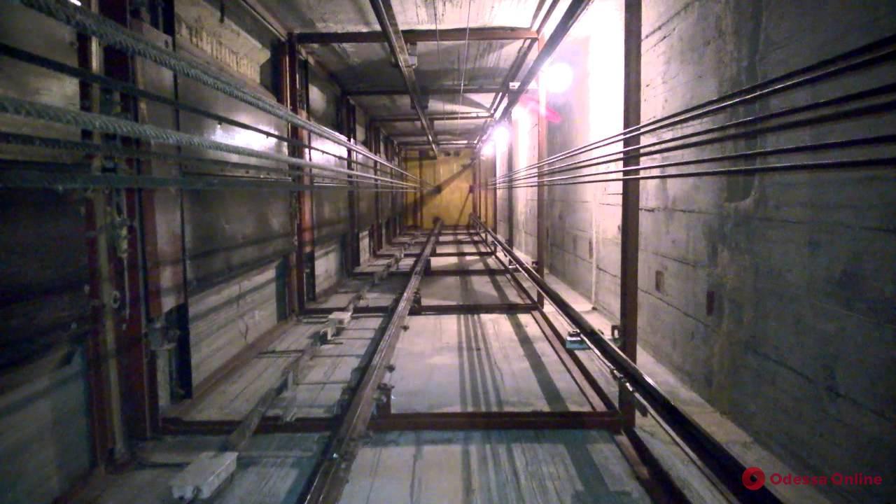В одесской многоэтажке лифт сорвался в шахту (обновлено)