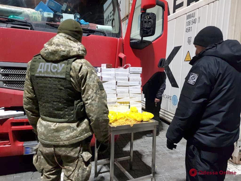 Из Черноморского порта пытались вывезти «солнечный камень» и стикеры для курения (видео)