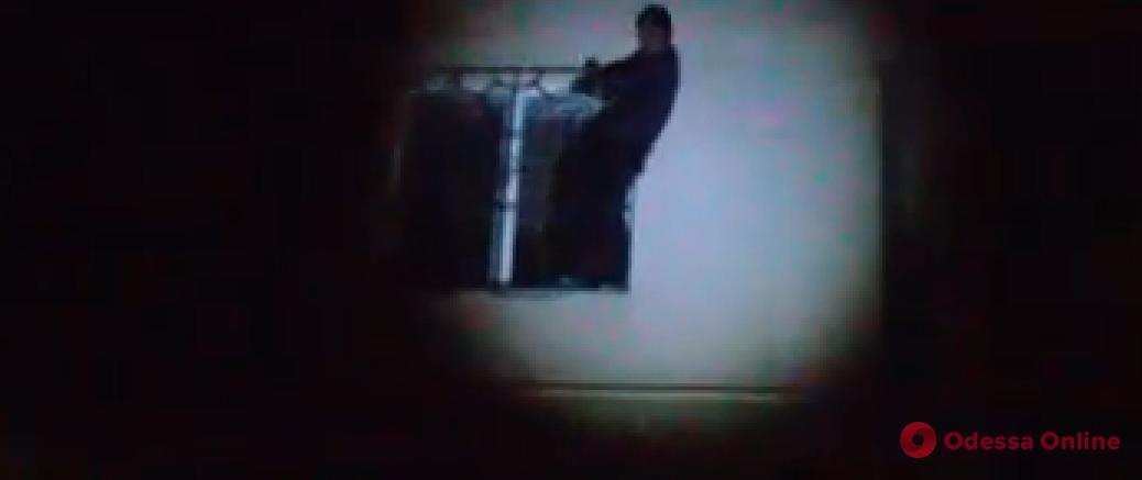 Бросался в прохожих камнями и угрожал покончить с собой: одесские патрульные задержали неадеквата (видео)